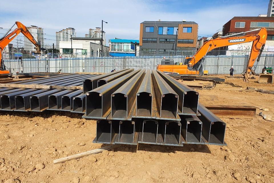 이종강종 합성엄지말뚝(S-Pile)제품이 쌓여있는 공사장 현장이다.
