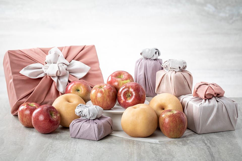 추석선물로 포장된 배와 사과들의 모습이다.