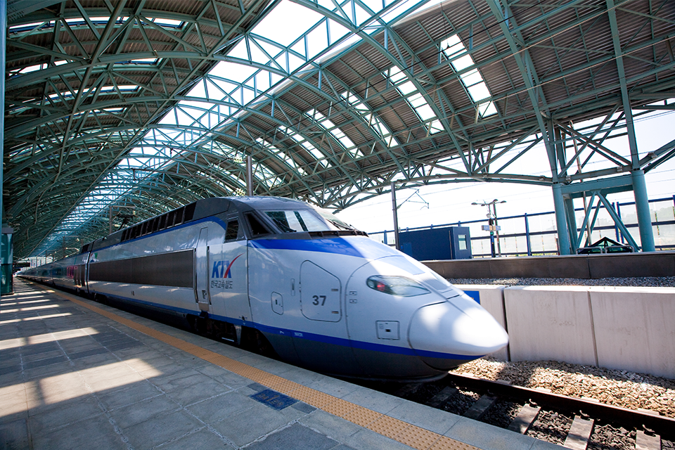 기차역에 정차되어 있는 기차의 모습이다.