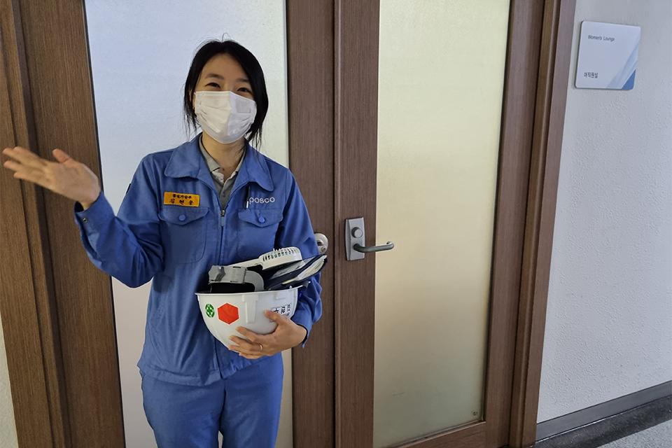 안내하는 손짓 중인 김현수 사원 모습이다.
