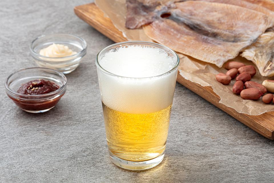 맥주잔에 맥주가 담겨있는 모습이다.