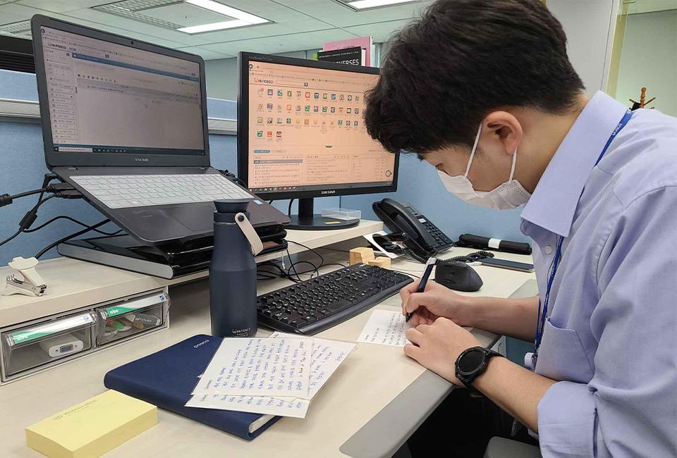 임직원들이 직접 작성한 손편지를 작성하는 모습이다.