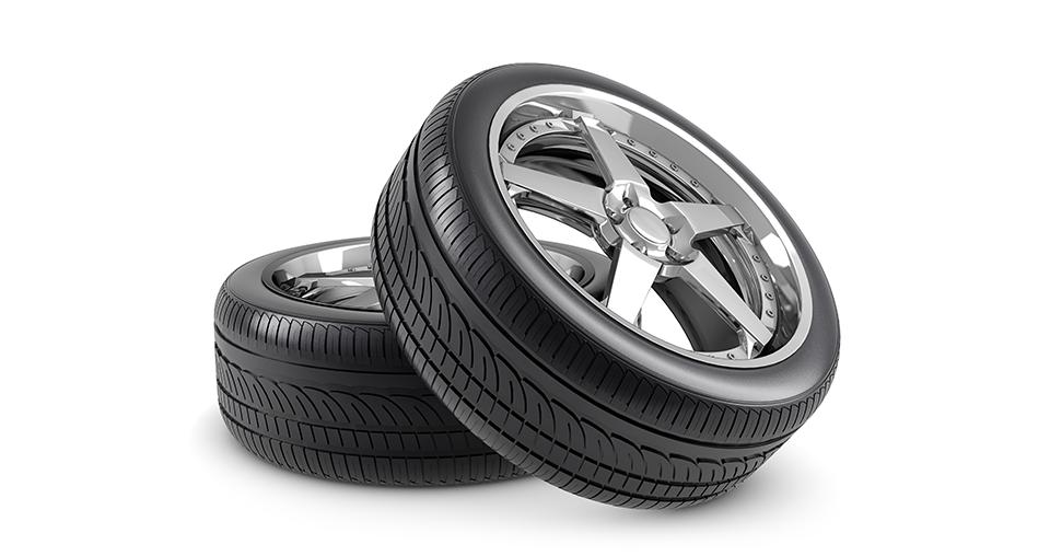 자동차 타이어 2개가 겹쳐 놓여져 있는 모습.