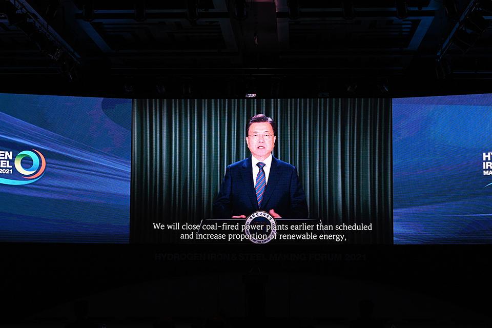 hyis2021 포럼에서 영상을 통해 축사를 전하고 있는 문재인 대통령의 모습.