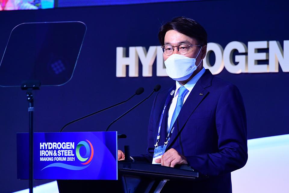 포스코그룹 최정우 회장이 hyis2021 포럼에서 기조연설을 진행하고 있는 모습이다.