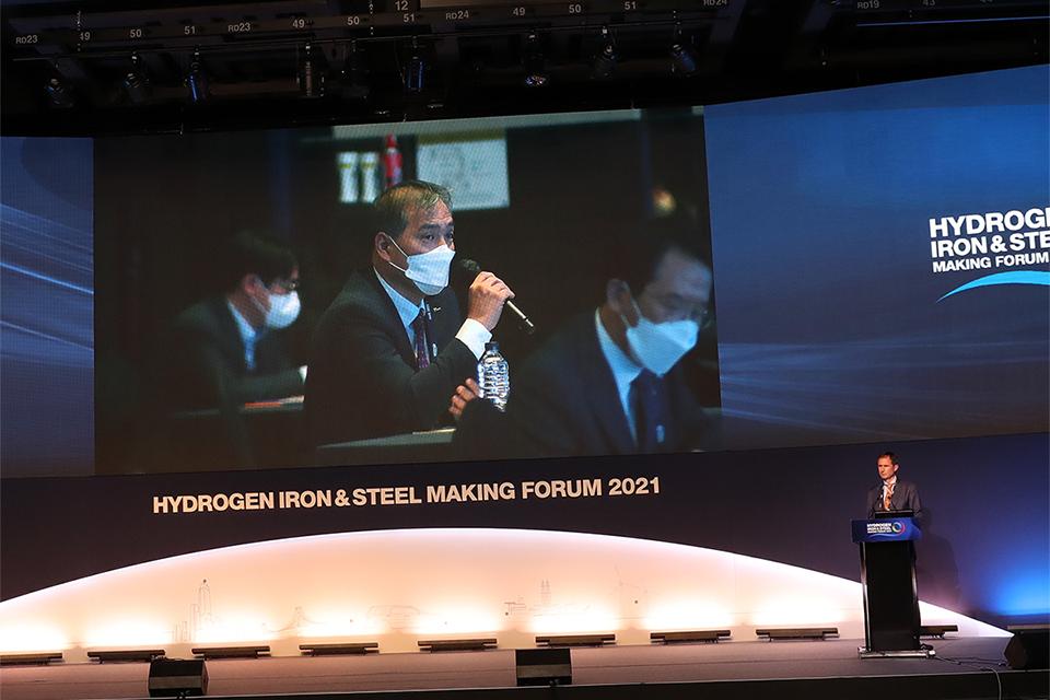 포럼의 질의 응답 시간으로 타타스틸유럽 팀피터스에게 질문하고 있는 김기수 공정엔지니어링연구소장의 모습이 스크린으로 보여지고 있다.
