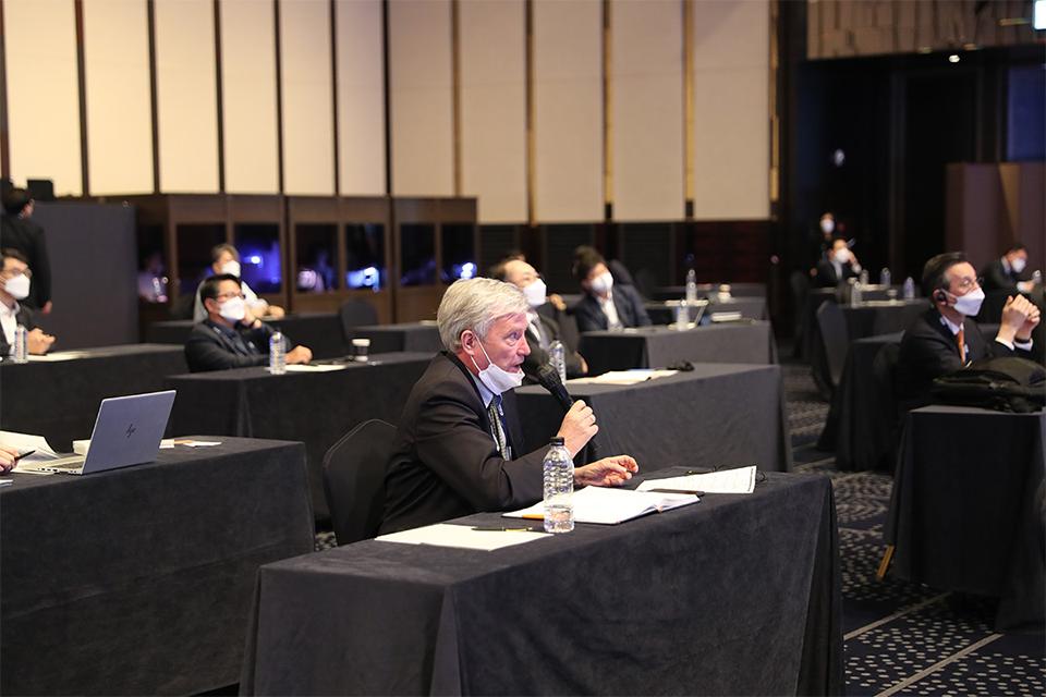 포럼을 경청하고 있는 참여자들과 마이크를 들고 질문을 진행하고 있는 참석자의 모습.